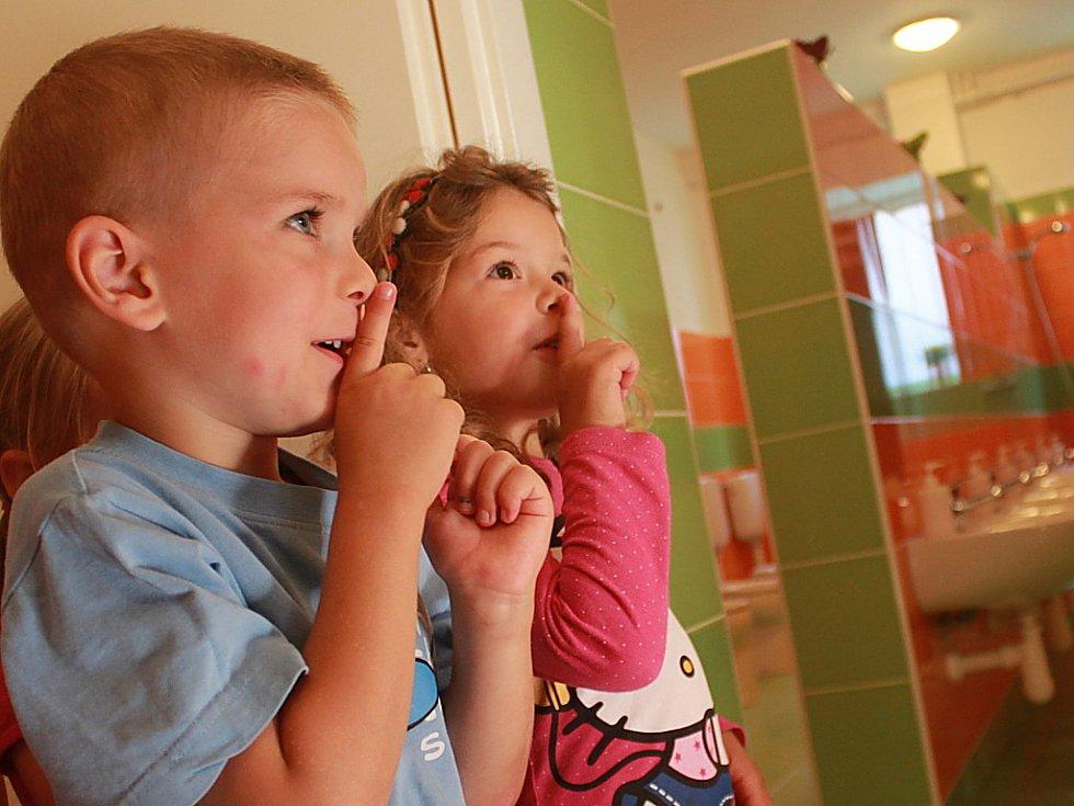 Školka v Hoře Svaté Kateřiny prošla během prázdnin částečnou rekonstrukcí. Nové je sociální zařízení s dětskými záchodky a umyvadly. Děti za to sponzorům včera předříkaly připravenou básničku.