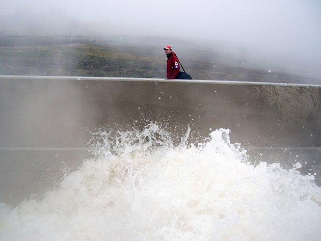 Zahájení napouštění Jezera Most v říjnu 2008.