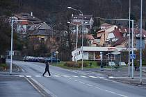 """U spodní autobusové zastávky """"Zahražany"""" v Mostě vznikl osvětlený přechod. U horní zastávky v zatáčce lidé dál přecházejí volně silnici."""
