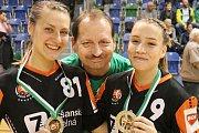 Luděk Jandík s Katarínou Kostelnou (vlevo) a Adélou Stříškovou chvilku poté, co házenkářky dostaly stříbro za letošní druhé místo v MOL lize.