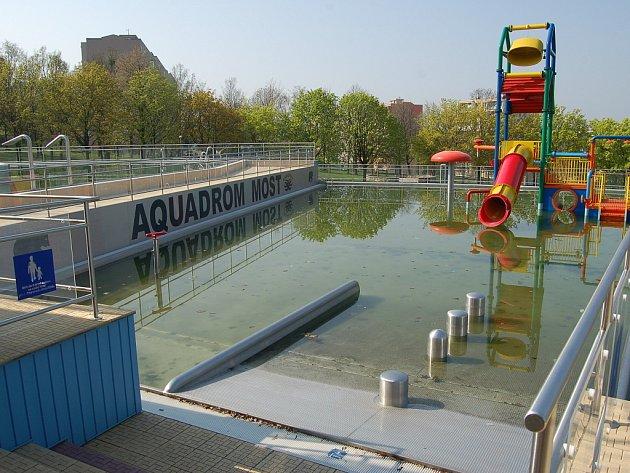 Mostecký aquadrom je zatím venku prázdný. Otevře ale možná už za dva týdny.