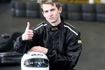 Závodník Vladimír Vakarov v motokárové hale ve Vtelně.