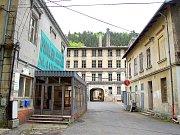 Cesta do Šumné. Stará textilní továrna z roku 1829.