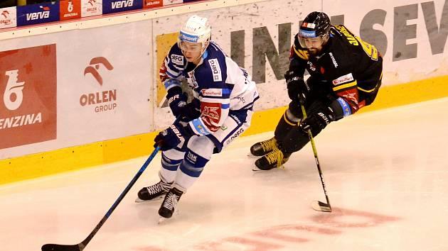 Richard Jarůšek (vpravo) v posledním duelu s Brnem.