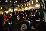 Na nádvoří litvínovského zámku zněly vánoční písně při osmém ročníku celostátní akce Česko zpívá koledy s Deníkem, 2018