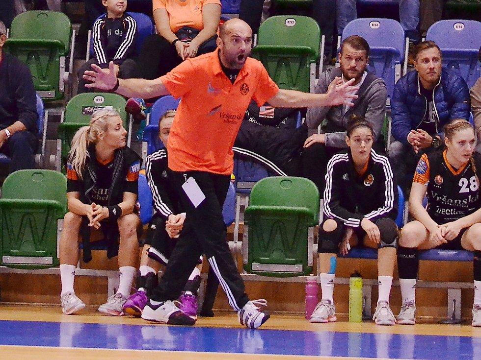 Trenér Mostu Peter Dávid prožívá zápasy emotivně.