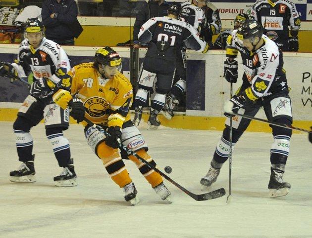 Litvínov (ve žlutém) v zápase proti Vítkovicím.