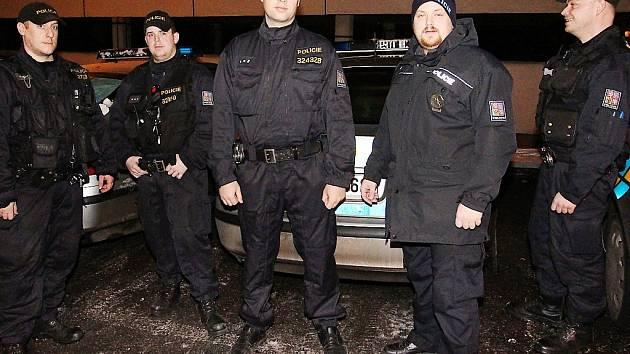 Policisté, kteří vytáhli dívky z ledové vody.