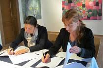 Náměstkyně ministra Jiřího Dienstbiera Martina Štěpánková (vlevo) a starostka Litvínova Kamila Bláhová podepisují memorandum.