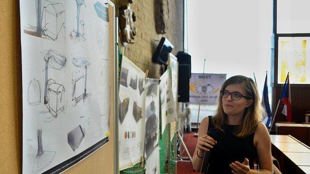Studentská soutěž na řešení úložišť odpadových kontejnerů v Mostě a vyhlášení výsledků na radnici v Mostě. Návrhy dělali studenti Fakulty umění a designu Univerzity J. E. Purkyně v Ústí nad Labem.