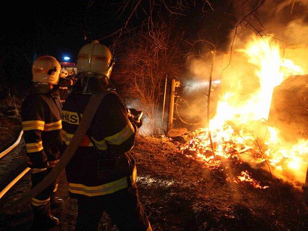 Dvě hasičské jednotky likvidovaly požár chatky