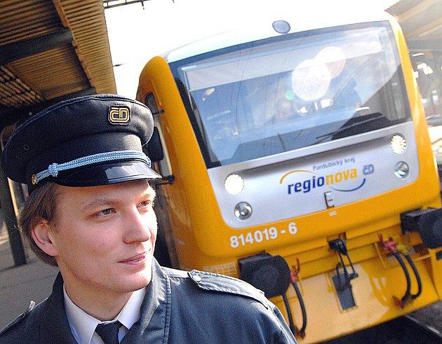 Vlakvedoucí Tomáš Kubela před odjezdem vlaku Regionova, který by měl od prosince jezdit mezi Mostem a Louny.