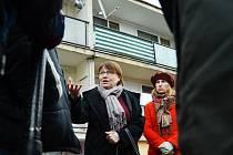 Veřejná ochránkyně práv Anna Šabatová diskutuje během prohlídky Obrnic, na návštěvu mosteckých sídlišť Stovka, Liščí Vrch a Chánov už nebyl čas. Jednání se zástupci regionu se protáhlo o téměř dvě hodiny.