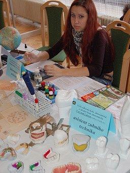 Studentka představuje obor asistent zubního lékaře na veletrhu Sokrates v loňském roce.