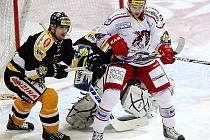 Litvínov (v černém) na ledě Třince prohrál obě dvě střetnutí. Doma hraje ve středu a ve čtvrtek.