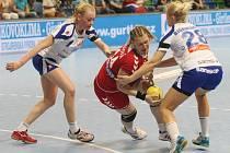 Petra Vítková (v červeném) se probíjí islandskou obranou.