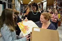 V Základní umělecké škole v ulici Moskevská v Mostě je k vidění výběr prací z Mezinárodní dětské výtvarné výstavy Lidice 2018.