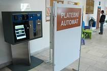 Automat na poplatky na magistrátu v Mostě.