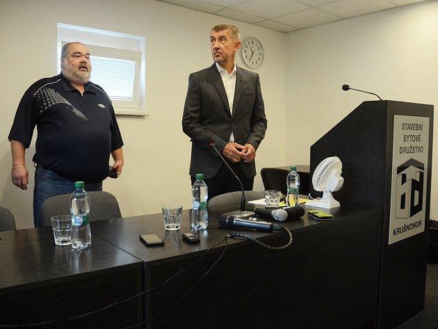 Andrej Babiš (vpravo) na tiskové konferenci v SBD Krušnohor, kde je ředitelem František Ryba