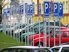 Vrchlického ulice v Mostě. Téměř každé parkovací místo je tam vyhrazené.