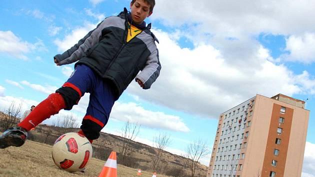 Kluci trénují fotbal na hřišti v Chanově. Stará se o ně nové sdružení Averroma – Jiní Romové.