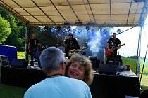 Stovky lidí přišly na Bělušické slavnosti, které se konaly v sobotu 10. července od odpoledne do noci na fotbalovém hřišti v obci Bělušice.