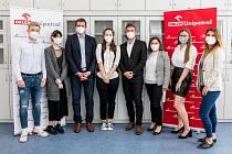 Zástupci ORLEN Unipetrolu a obdarovaní studenti.