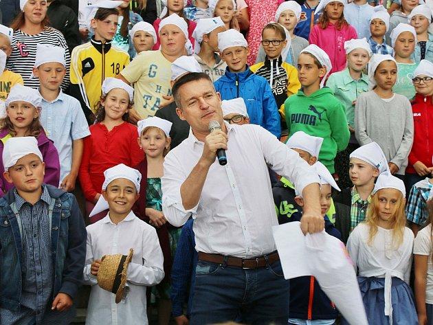 Vladimír Hron a děti ze základní školy při zahájení zahradní slavnosti