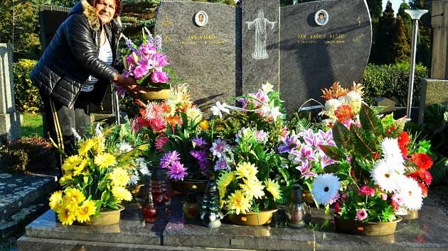 Květoslava Vašková u rodinného hrobu. Dušičky na největším hřbitově na Mostecku