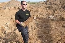 Pyrotechnici odnášejí nalezenou nevybuchllu munici