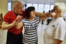 Instruktoři mostecké městské policie učí sebeobranu v Klubu seniorů v Mostě.