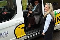 Řidička Taxíka Maxíka Soňa Strejcová a klientka Zdeňka Stočesová, která potřebovala odvézt k lékaři.