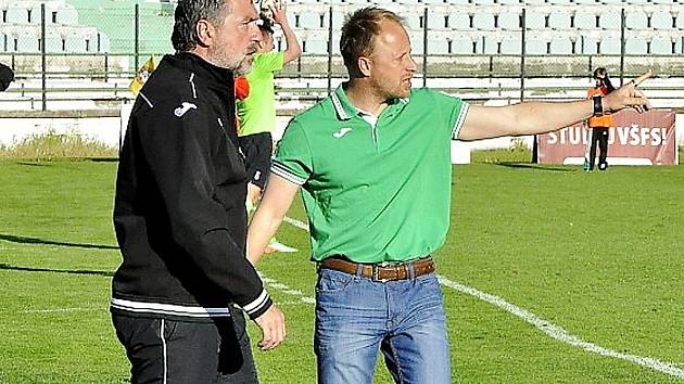 Trenéři FK Baník Most zleva Stanislav Hofmann a Vít Raszyk.