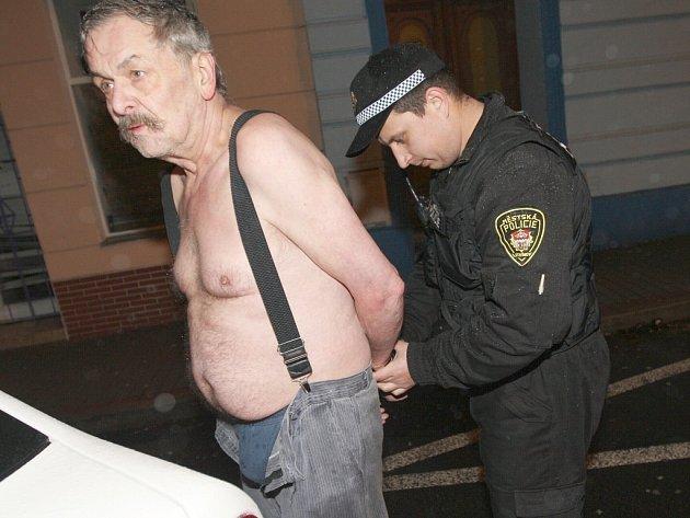 Strážník litvínovské městské policie při zadržení výtržníka.