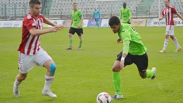 Mostečtí fotbalisté (v zeleném) loni hráli druhou ligu, ve které se ale nezachránili. Spadli do ČFL, ale i tady po sezoně padají dál - do divize.