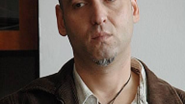 Bývalý gambler z Mostu Petr Kohout žádá od státu 100 milionů korun jako odškodné za to, že dostatečně nevaruje před závislostí na hracích automatech.