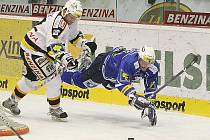 Plzeňský hráč letí vzduchem. Jeho tým si v Litvínově došel pro tři body za výhru 3:0.