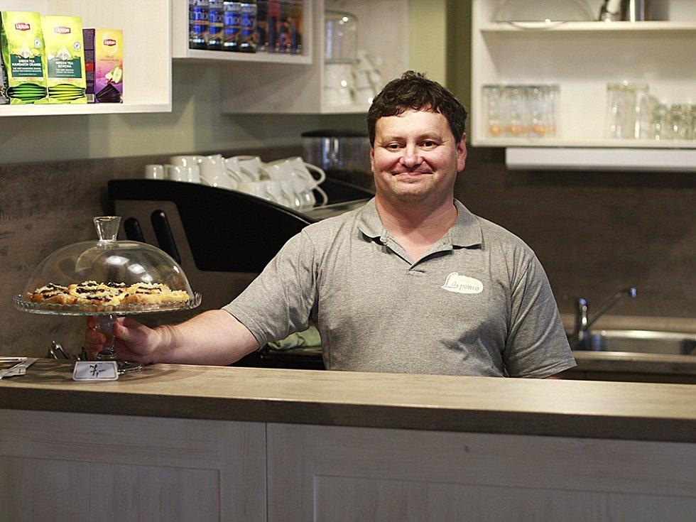 Radek Čižmár je jedním z pracovníků kavárny.