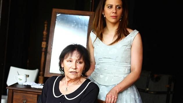 O roli hlavní hrdinky se dělí Marta Kubišová a Aneta Langerová.