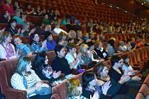 Zdravotní sestry v mosteckém divadle.
