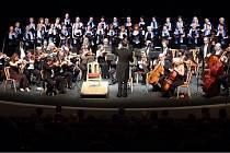 Festivalový orchestr Petra Macka při vystoupení.
