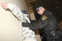 Zadržení podezřelého narkomana bez domova v Litvínově. Měl u sebe rozlomenou FABku a další věci. Po lustraci byl propuštěn. Foto z roku 2011.