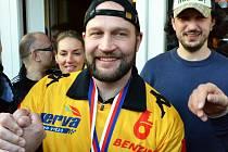 Jiří Šlégr během litvínovské hokejové euforie po vítězství Vervy v extralize. Teď klub poděkuje hasičům a policistům za zásah v továrně hlavního sponzora.