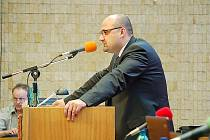 Poslanec Josef Tancoš za řečnickým pultem.