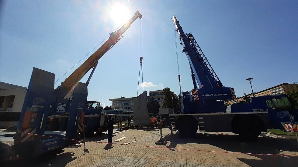 V centru Mostu u Repre začala instalace hornického památníku.