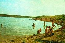 Takto vypadal mostecký Benedikt v létě 1979, kdy byl větším než dnes. Záliv na snímku je nyní travnatou plochou s dětským hřištěm. Kvůli průsakům se nádrž před 16 lety vypustila, sanovala a obnovila jako rekreační areál s menší vodní plochou.