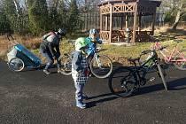 18. listopadu jsme vyrazili všichni na kola do otevřené Flájské obory. Před ní někdo rozsypal napínáčky, píchli jsme všichni.