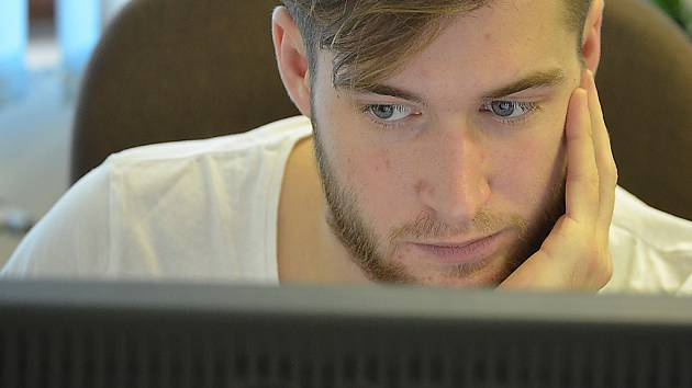 Brankář Litvínova Pavel Francouz při on-line rozhovoru v redakci Mosteckého deníku.