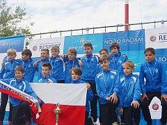 Mladší žáci Mosteckého fotbalového klubu se stříbrnými medailemi.