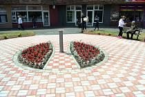Zchátralý okrasný bazének u obchodního střediska Kahan v Mostě nechalo město zasypat a nahradit pítkem se záhonem květin